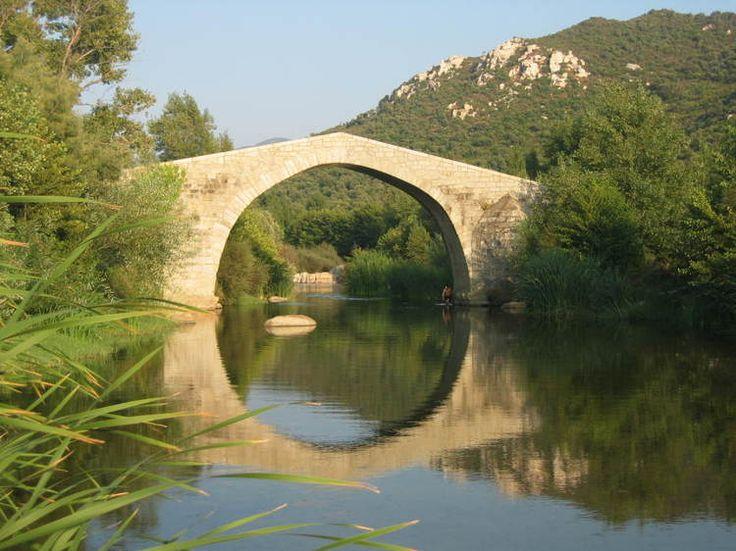 A 7 kilomètres de Sartène, le pont de Spin' a Cavallu, qualifié souvent de pont génois, est en réalité un pont datant du XIIIe siècle, typique de l'architecture pisane.  Son arche unique s'élève à 8 mètres au-dessus de l'eau.