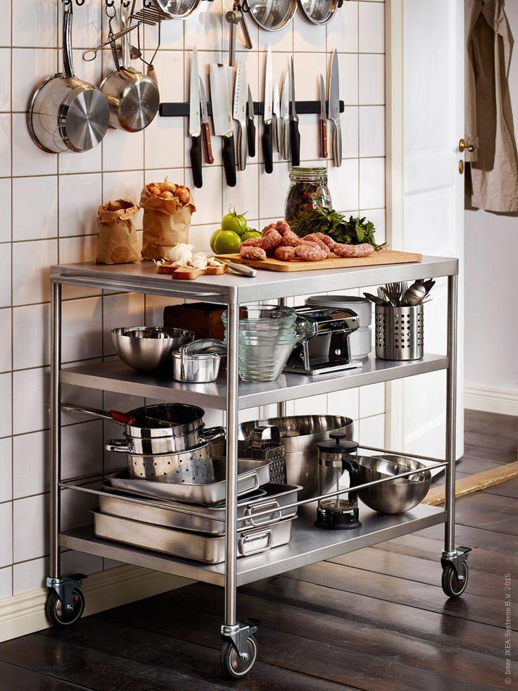 Gör plats för funktion med stil! Det rostfria köket sprider värme och skapar köksglädje. Rostfritt på rull med FLYTTA rullbord och FINTORP magnetlist.