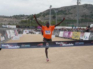 atletismo y algo más: 5430. Joseph Ebuya paseó su enorme clase por Yecla...