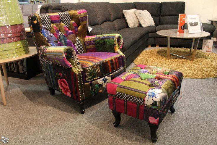 London fåtölj - Wing Chair i klassisk Chesterfielddesign.  Finns i mönstrad sammet (som bild visar) och i brun vintagetyg.   London fåtölj (B80 D86 H90) 4.295:-  Aberdeen pall (B55 D45 H45) 1.795:-  Lager/ Beställning  Vi lånar gärna ut täckt släpkär...