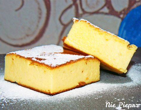 Mokry, delikatny i puszysty sernik bez spodu. Łatwy, szybki sernik pieczony bez ciasta, oprószony cukrem pudrem. Idealny nie tylko na świąteczny stół.