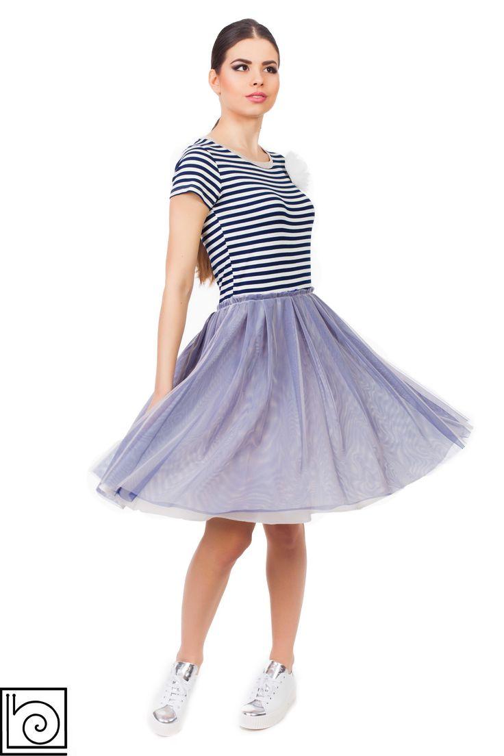 Платье с юбкой из тюли. Топ трикотажный в сине-белую полоску, короткий  рукав. Юбка из фатина, синего цвета,  внизу подкладка. Брошь в виде цветка. Marylay. Италия.