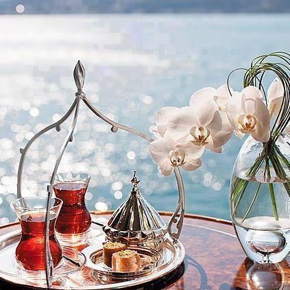 Umulmadık bir gün olabilir bugün.  Bir çay söyle yağmurların kokusunda... ...Cemal Süreya....
