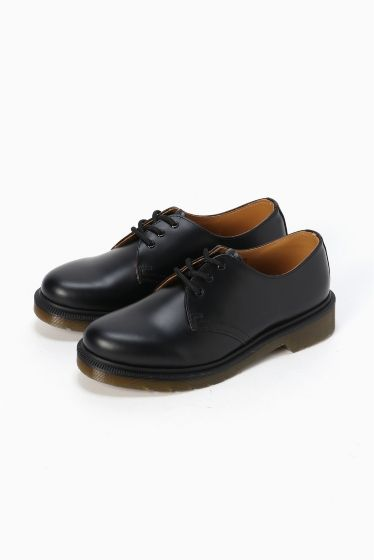 Dr.Martens  3EYE SHOE  Dr.Martens  3EYE SHOE 22680 クラシカルなデザインが合わせやすくシンプルなスタイリングにおすすめの一足 カジュアルにデニムでもワンピースでかわいくあわせても Dr.Martens / ドクターマーチン クラウスマーチンズ博士によって開発されたラバーソールの靴から始まったブランド 独自のソールによる機能性とあらゆるファッションに合うコーディネイトできるデザイン性のフットウエアでカルチャーとファッションをリードし続けています 箱記載サイズと商品タグに相違がございますご了承ください日本サイズはサイズチャートをご確認ください