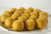 Kaju Khoya Besan Laddoo-Fragrant gram flour laddoos stuffed with kaju and khoya mixture.