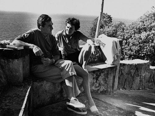 Luchino Visconti in scarpe di tela con Suso Cecchi D'Amico alla Colombaia, Ischia