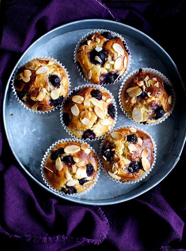Her kommer en opskrift på muffins med blåbær, som smager super godt. De er bagt med mandelmel og til at søde dem har jeg brugt banan og en smule god, rå honning. De er utrolig nemme at lave, og de holder sig friske 2-3 dage. Jeg har helt glemt at præsentere mit nye design her …