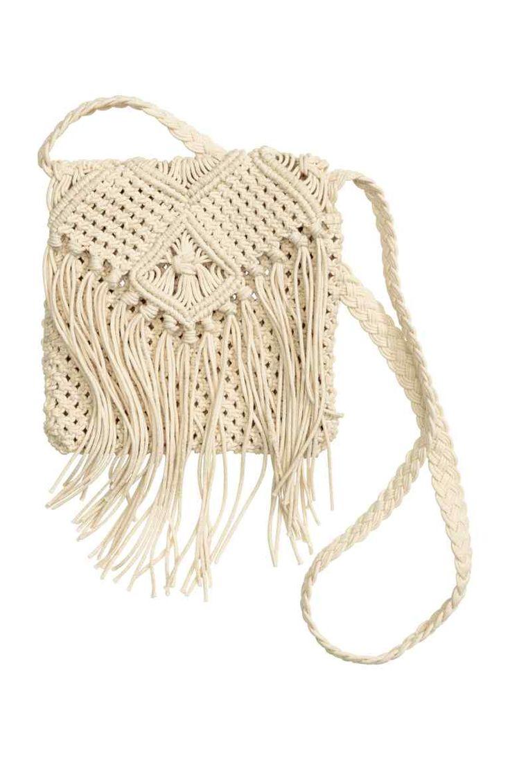Drhaná kabelka: Malá drhaná kabelka. Má třásně na klopně a splétaný pásek přes rameno. Bez podšívky. Rozměry 19x19 cm.
