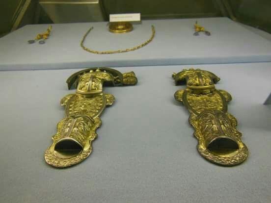 Corredo femminile del Lingotto. Coppia di fibule a staffa in bronzo dorato. Fine VI-inizio VII sec.
