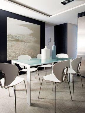 Un office de diseño con una mesa y sillas de la firma Stua. Suelo cerámico de Azulejos Peña.
