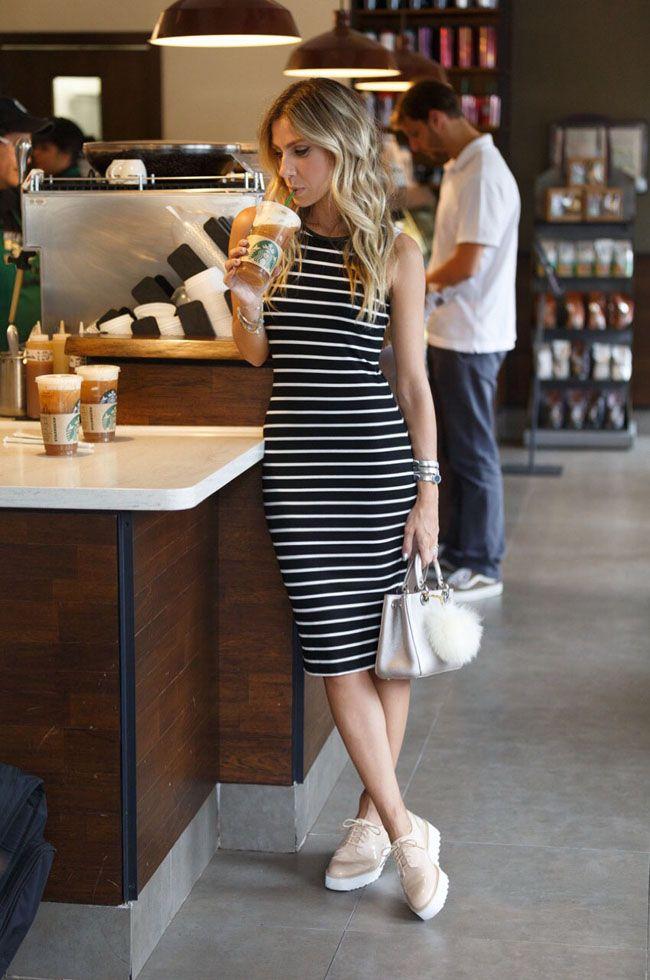 Look casual para arrasar no feriadão. A dica de hoje é um vestido midi listrado de modelagem justa e tênis. A combinação perfeita para arrasar com conforto.
