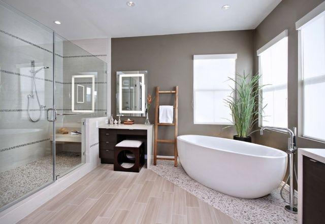Badezimmer einrichten Fliesen Holzoptik Kiesel Boenbelag Badewanne