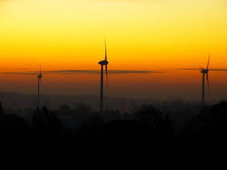 'Windkrafträder beim Sonnenaufgang' von brava64 bei artflakes.com als Poster oder Kunstdruck $18.02