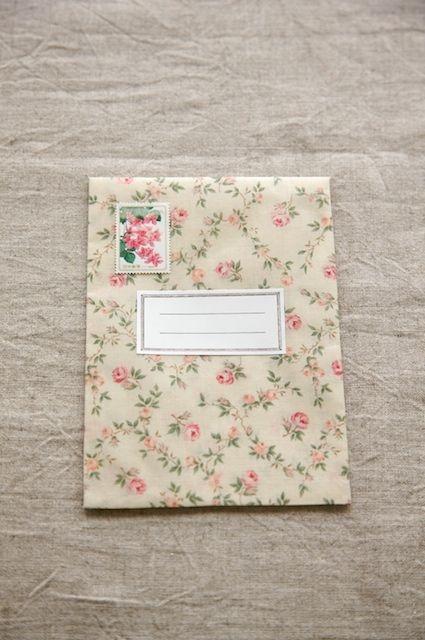 布にボンド液を付けて乾かすと、ビニールコーティング地のような生地に大変身! しっかりしているので、郵送もできます。/布で作る小さな袋とBOX(「はんど&はあと」2012年1月号)