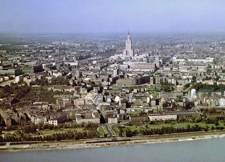 Tu było, tu stało Warszawa od strony Powiśla z lotu ptaka. Fot. Karol Szczeciński / East News, 1963, źródło: http://metrowarszawa.gazeta.pl/