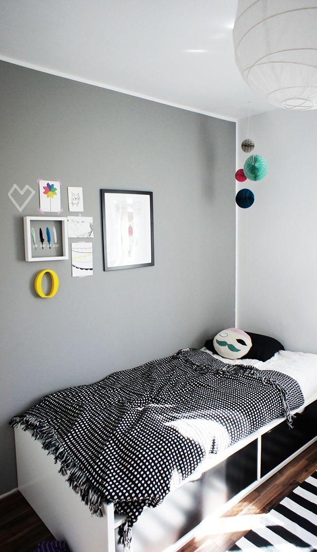Une chambre grise réhaussée par des touches de couleur.