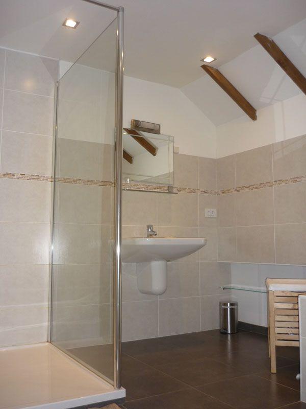La salle de bain, avec baignoire et douche