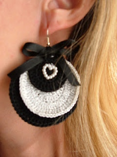 Orecchini in uncinetto, colori bianco e bianco lamée.    Earrings-crochet, colors black and white lamée.