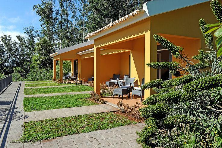 Description: Prachtige quinta met topkwaliteit ambience gastvrijheid en ligging.  Thuiskomen op vakantie Je hebt van die vakantiesadresjes waar alles op haar plaats valt. Een meer dan prachtige omgeving in de bergen een goed onderhouden tuin mooi ingericht en een gastvrij onthaal door Manuel en zijn vrouw Maria. Ik kom er graag bij Quinta Cova do Milho. Lekker bijpraten bij de openhaard in de gezellige gastenwoonkamer. De laatste nieuwtjes over Madeira horen en wat er op het menu staat voor…