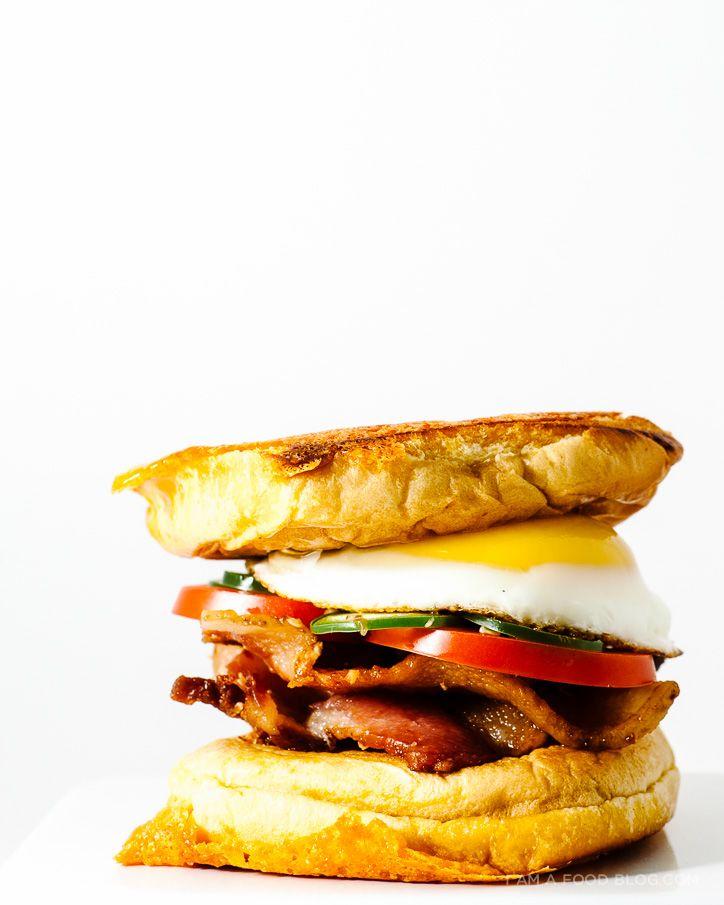 "SANDWICH ""DESAYUNO"" CON HUEVO Y BEICON (bacon and egg grilled cheese breakfast sandwich) #RecetasParaBrunches #SandwichesConHuevo"