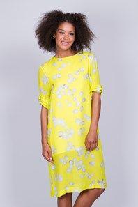 Fio från Carin Wester är en snygg klänning, gjord i en superfin, gul viskosblandning med ett abstrakt, ljusgrått mönster. Klänningen är knälång, med en hög rundringning samt halvlånga ärmar som är avslappnat sydda upprullade. Normal passform, skönt tyg och stilren design. Fin detalj med öppning i ryggen. En fantastisk klänning både till vardags och fest.