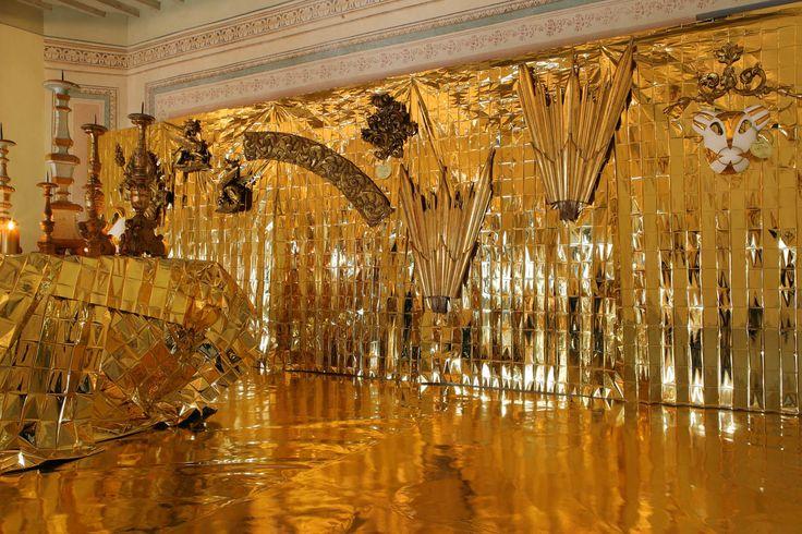 Oro, non solo il sinonimo di lusso ma al contrario un modo divertente, allegro, a volte ironico di pensare ad un oggetto, una superficie, un dettaglio degli spazi che viviamo ogni giorno.