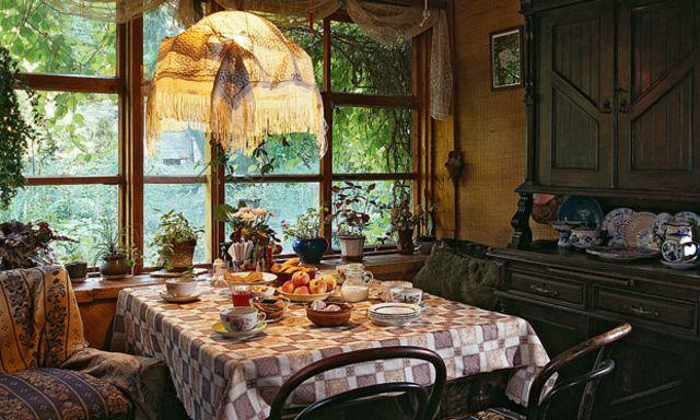 На этой академической даче в Ново-Дарьино стоят сразу два дома. Их разделяет полвека, а соединяют стеклянная галерея и художественные пристрастия хозяев.