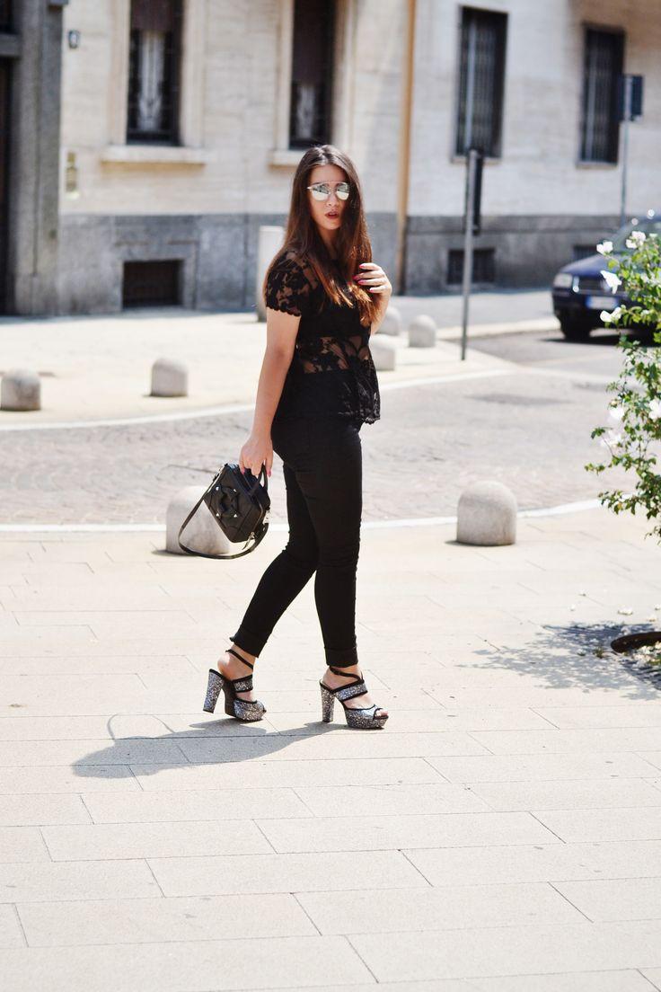 """""""In estate, una maglietta di pizzo nera è come una migliore amica che non vedi da mesi: vorresti portarla sempre con te. Grazie #OVS!"""" #OVSJOURNEY #OVSPEOPLE BARBARA CONTE"""