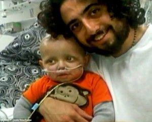 Een vader, wiens zoontje leed aan een hersentumor, heeft onthuld dat hij hem cannabisolie heeft gegeven tegen de pijn. Het jongetje is nu volledig genezen. Cash Hyde was een perfect gezonde baby to...