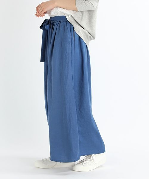 今流行のスカパンを、落ち感のあるレーヨンにナチュラルな麻をMIXさせた、程よい光沢感のある素材で表現しました。 スカートのように見えるよう、ボリュームを出しておりますが、落ち感があるので、腰回りはすっきりと着ていただけます。 ウエスト部分の取り外し可能なリボンベルトが女性らしく、また、イージー仕様なのも嬉しいポイント。  着回しやすいベージュやネイビーに加えて、目を引くブルーが爽やかな印象。 ニットやTシャツと合わせてカジュアルに着ていただくのもおすすめです。
