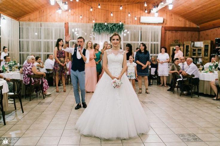 Хороших ведущих в Москве можно пересчитать по пальцам 10 рук. Но важно найти именно своего профессионала, того, с кем вы будете на одной волне и в момент подготовки, и в день свадьбы.     Если вы хотите душевный праздник, сценарий которого будет написан именно под вас, познакомьтесь с коллективом Творческой студии Моя прекрасная свадьба    #wedding #bride #flowers