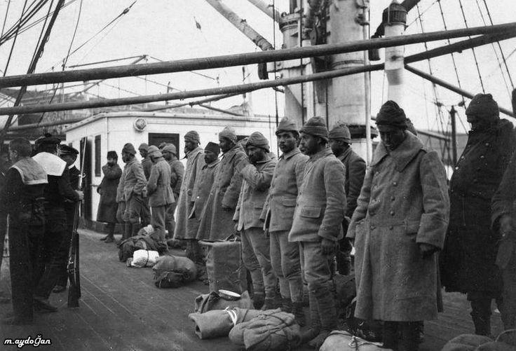 Çanakkale Savaşı'nda esir edilen Türk askerleri, bir Fransız gemisiyle bir daha dönmemek üzere Marsilya'ya götürülüyor