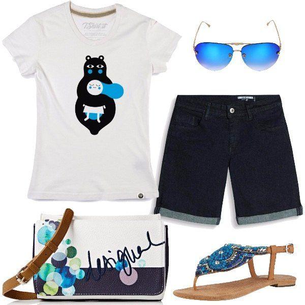 Total look fresco e comodo per tutti i giorni formato da una t-shirt in cotone bianca con stampa, un paio di pantaloncini in cotone elasticizzato blu scuro, un paio di sandali flat a infradito tempestati di perline, paillettes e pietre, una borsa a tracolla multicolore e un paio di occhiali da sole con lenti blu e dettagli floreali.