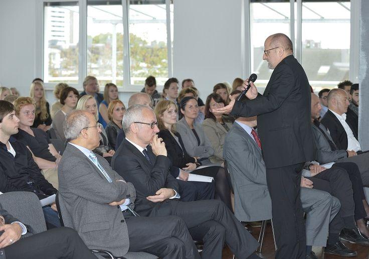 Kanzler Prof. Dr. R. Freytag zeigt den Zusammenhang zwischen einschneidenden politischen Entwicklungen und dem Studienangebot der HMKW auf.