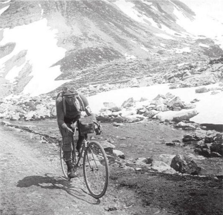 Tour de France 1912. Col du Galibier. Eugène Christophe op weg naar zijn 3de etappezege in 1912, na een solovlucht van 315 km.