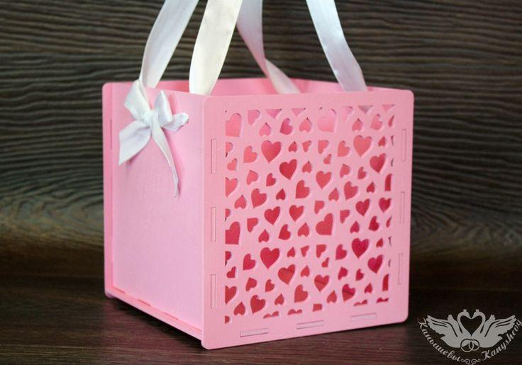 Подарочная коробка-сумка с сердцами с одной стороны