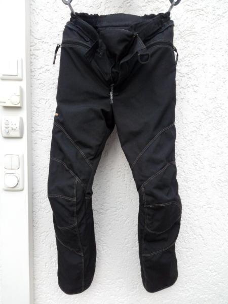 Biete hier meine Rukka Motorradhose zum Kauf an.Die Hose ist Größe 50 in der Länge C1 (Kurzgröße).Die Hose ist wind- und wasserdicht dank eingearbeiteter GoreTex Membrane und Cordura Aussenmaterialien.Die Hose verfügt über herausnehmbare Rukka Air Hüft- und Knieprotektoren, abnehmbare Hosenträger sowie ein herausnehmbares Winterinnenfutter.Die Hose ist gebraucht, aber in einem Top Zustand und selbstverständlich frisch gereinigt.Eine passende Jacke steht ebenfalls zum Verkauf, für weitere…
