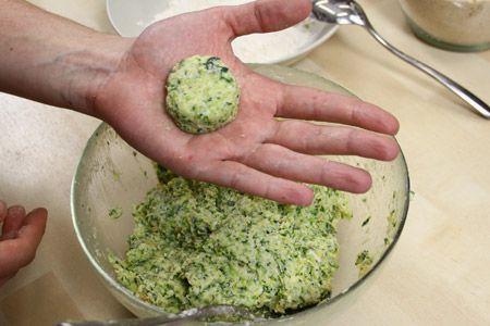 Scopri come preparare le #polpette di #zucchine: un piatto accattivante perfetto per proporre le #verdure ai #bambini! Qui la #ricetta: http://www.ortoacasagastronomia.com/polpette-zucchine/