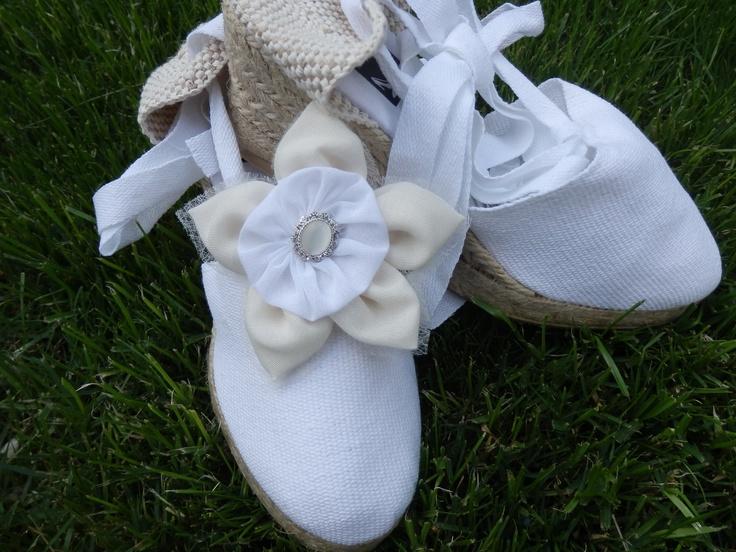 Alpargata para novias e invitadas ,niñas de comunión a juego con el ramo y la decoración,únicas personalizadas,con flores de tela y cristal en beige y blanco.Hand made de Algodón de Luna