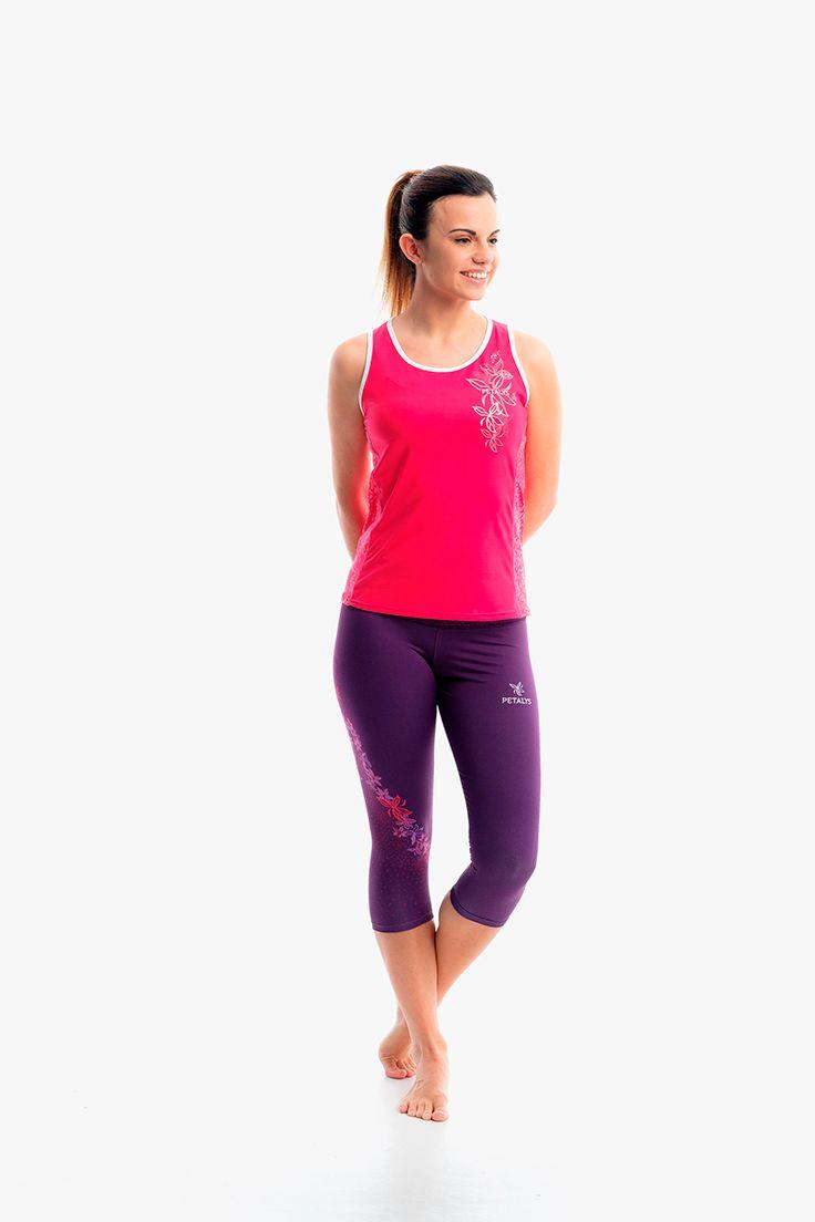 Outfit de #running para mujer de la colección LILIUM compuesto por camiseta de tirantes fucsia y pantalón pirata morado oscuro. Al pinchar en la foto entrarás en el detalle de la camiseta.