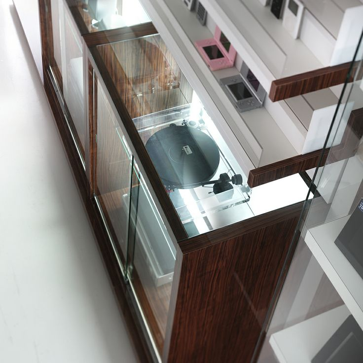A wise choice of finishes and attention to detail ensure that the design and functionality of the R|evolution shop fittings shine, without forgetting the professional use shopkeepers make of them.  #revolution #shopfitting #crc #italian #design #madeinitaly #arredamento #negozi