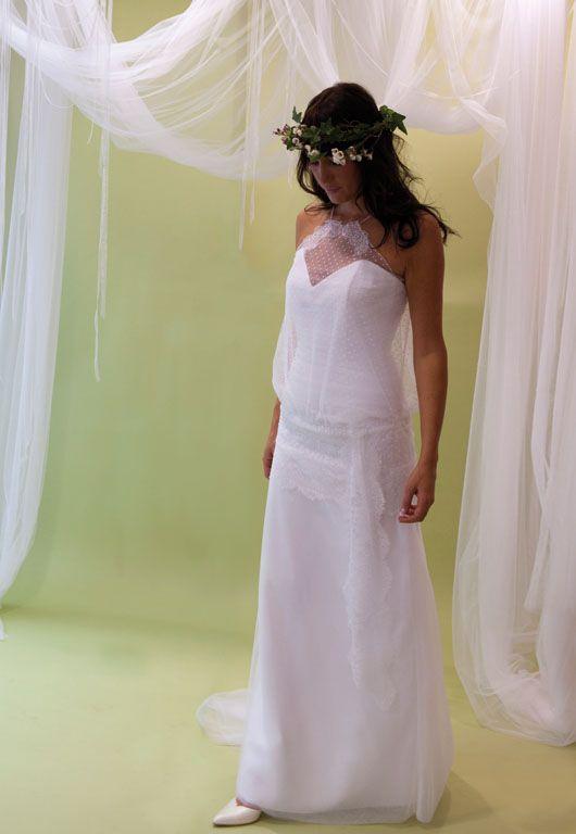 Nom de la robe de mariée : Bohème. Robe entièrement en tulle de soie blanc et tunique en plumetis soulignée aux hanches par un bandeau de dentelle chantilly. - L'essaie est possible en magasin.