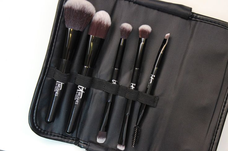Making Up the Midwest: Review: it Cosmetics Brushes for ULTA - Your Must-Have Airbrush Travel Set, Your Multi-Taskers, You're Easy on the Eyes, and Your Face & Eye Essentials