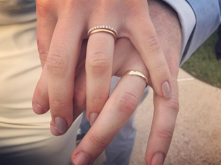 His And Her Wedding Bands How To Choose A Wedding Ring For A Man Wedding Rings Simple En Couple Rings Gold Simple Wedding Bands Wedding Band Gold Yellow