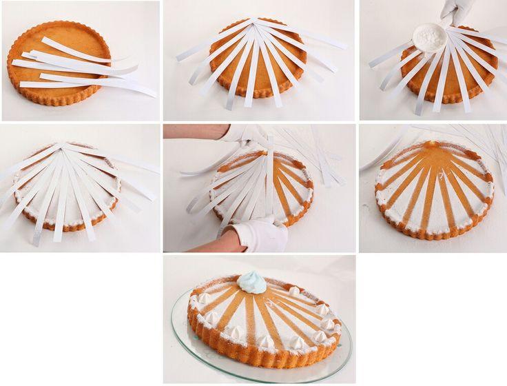 Sólo necesitas azúcar en polvo y tiras de papel.  Haz un patrón arriba del dulce y rocía el azúcar. Si deseas,  decora con glaseado.