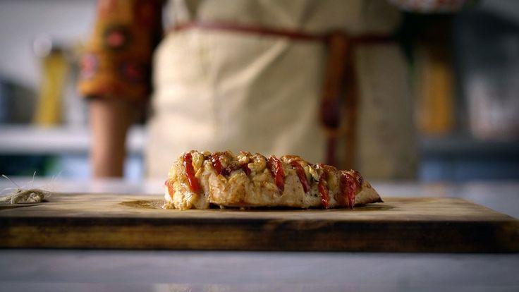 Receita com instruções em vídeo: Filé de frango assado com tomate, muçarela de búfala e manjericão, essa é a excelente e fácil receita de frango caprese! Ingredientes: 1 tomate, 200g de muçarela de búfala, 2 filés de peito de frango, Sal a gosto, Pimenta do reino a gosto, Folhas de um maço de manjericão, 2 colheres de sopa de azeite de oliva, ½ xícara de parmesão ralado
