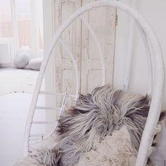 Tip: zin om te schatzoeken? Ga dan langs bij @burbri_antiek in Aalsmeer. Een loods vol moois.. Zoals dit oude houten luik wat ik er vanochtend vond. Binnenkort een blogpost online met meer foto's. Een aanrader! #aanrader #wit #wood #white #wonen #schapenvacht #schatzoeken #vintage #vondst #luik #paneel #hangstoel #interior #interieur #inspiratie #inspiration #interiorblog #inspirational #design #decoration #wonen #blog #blogger by enstijl
