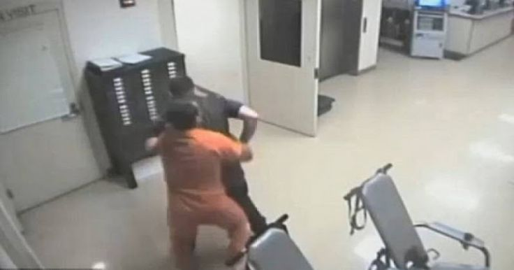 Φυλακισμένος στην Οκλαχόμα προστατεύει αστυνομικό από επίθεση συγκρατουμένου του - Βίντεο