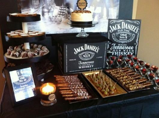 mesa do bolo com espetinhos de doce e desenhos do whisky Jack Daniel's Laços em 2019 Festas