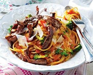 Mafianudeln (Spaghetti mit Steakstreifen in Tomaten-Wodka-Soße) Rezept Mein Tip: Lieber den Broccoli weglassen...☻